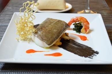 Taco de Bacalao confitado con salteado de alga Wuakame y langostino