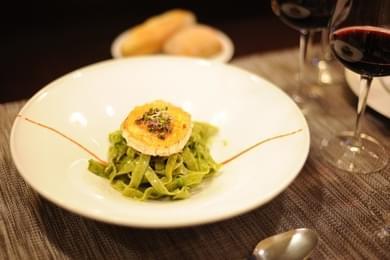 Tallarines de Espinaca con Salsa Pesto y Queso de Cabra Gratinado